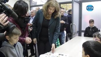 """Вицепрезидентът Илияна Йотова посети съботно-неделното училище """"Христо Ботев"""" в Тирана"""