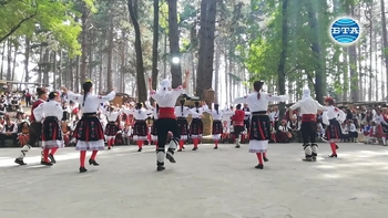 """Стотици хора посетиха втория ден на Международния фестивал на фолклорната носия """"Скок във времето"""" в местността Добромерица край село Жеравна"""