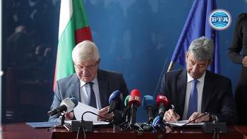 Договорите за доставка на първите над двеста нови линейки бяха подписани днес