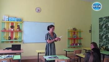 Ученици и учители обновиха с рециклирани материали класна стая в село Ноевци