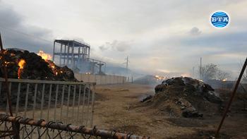 Пожарът в района на ТЕЦ-Сливен е овладян, но балите със слама ще горят още няколко дни