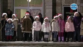 Деца запалиха светлините на коледната елха в Каварна