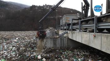 """Започна разчистването на отпадъците в река Искър при стената на ВЕЦ """"Своге"""""""