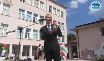 Министър Николай Денков призова да се спазват мерките, за да има присъствено обучение