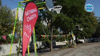 Доброволци превърнаха занемарено игрище в място за младежка активност