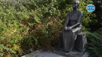Скулптурна фигура на Дора Габе в Добрич ще бъде преместена от двора на закрито училище