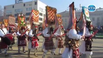 Над 7 000 маскирани дефилират в Перник