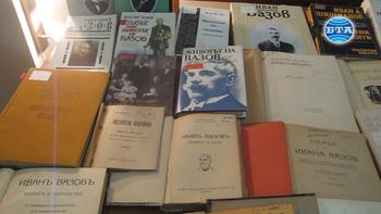 """В навечерието на празника 24 май в Плевен предизвиква интерес изложбата """"125 години в 125 книги"""" по повод 125 годишнината от издаването на романа на Иван Вазов """"Под игото""""."""