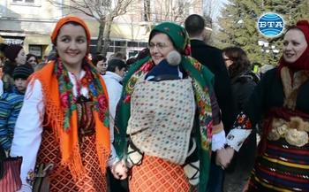 """Стотици майки и баби, заедно със своите """"бабинчетата"""", се хванаха на традиционното за Разлог """"бабино хоро"""""""