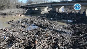 """Почистват коритото на река Камчия в местността """"Пода"""""""