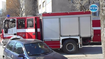 Огнеборци гасиха повече от час пожар в жилищен блок в Благоевград, няма пострадали