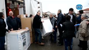 Заместник-председателят на партия ГЕРБ Цветан Цветанов, заедно с депутати и кметове, се включи в разпределението на битовата техника закупена с дарението от 100 000 лева от партийната субсидия на ГЕРБ