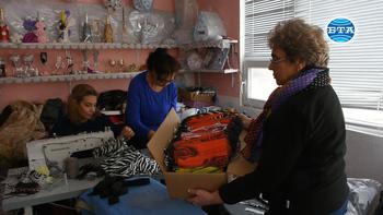 """В ромския квартал """"Нов път"""" във Видин доброволци шият маски и ги раздават на своите съграждани"""