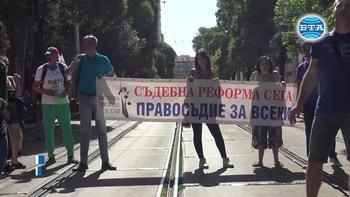 Протест пред сградата на ВСС с искане за оставка на Иван Гешев