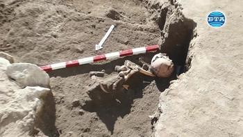 """Археолози откриха средновековно погребение в Северната част на """"Форума"""" в Пловдив"""