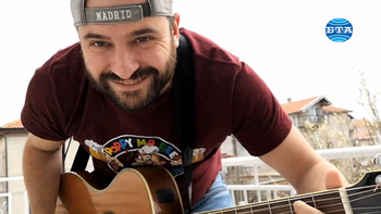 В групово видео музиканти от Каварна пеят с приятели от страната, за да повдигнат духа на българите