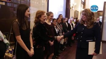 """Вицепрезидентът Илияна Йотова се срещна с победителките в инициативата """"Посланик за един ден"""""""