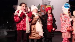 Коледната елха в София грейна в светлини...