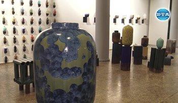 Милан Пекарж създава керамика по собствен метод, сечетаващ наука и интуитивна намеса