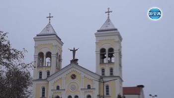 """Картина с изглед към площада и църквата """"Пресвето Сърце Исусово"""" в Раковски ще бъде част от подаръците, които папа Франциск ще получи при визитата си в България"""