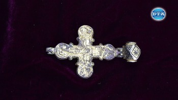 """Златен кръст енколпион и богата стенописна украса са открити при разкопки на средновековна църква на крепостта """"Трапезица"""" във Велико Търново"""