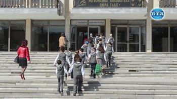 """Изложба """"В света на Дора Габе"""" бе открита в Регионалната библиотека в Добрич"""