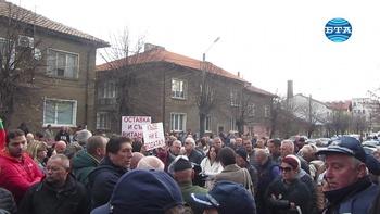 Десетки перничани излязоха на протест и поискаха отговорност от виновниците за водната криза в Перник
