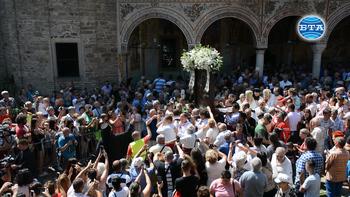 Хиляди се поклониха пред чудотворната икона на Пресвета Богородица Троеручица в Троянския манастир