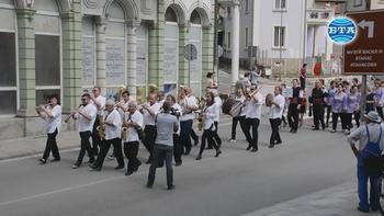 """Фолклорни състави от страната се включиха в седмото издание на фестивала """"Хоро под Стратеш"""" в Ловеч"""