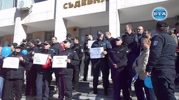 """Служители на ГД """"Охрана"""" протестираха пред съдебната палата в Благоевград"""